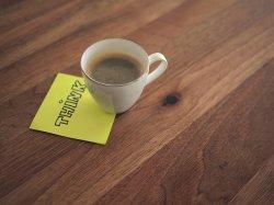 filiżanka z kawą na stole